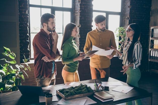 Kluges mädchen mit brille präsentieren erfahrung start-up innovation fortschritt strategie lehren menschen teamworking