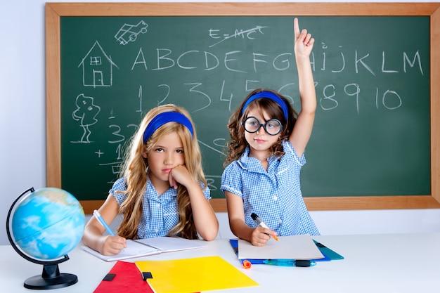 Kluges nerdstudentenmädchen im klassenzimmer, das hand anhebt