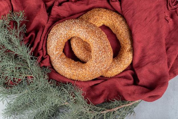 Knackige bagels, die in einer dekorativen anordnung auf marmortisch sitzen.