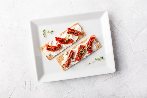 Knäckebrot mit getrockneten tomaten
