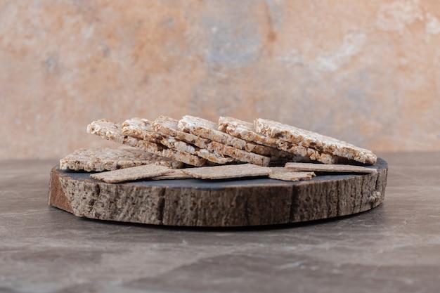 Knäckebrot und puffreis in einem tablett auf der marmoroberfläche