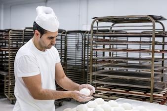 Knetendes Brot des Bäckers