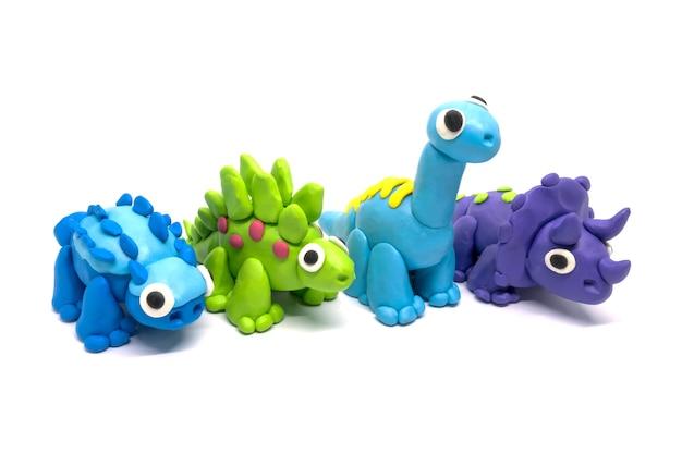 Knetmasse gruppe von brachiosaurus, triceratopson, stegosaurus und ankylosaurus