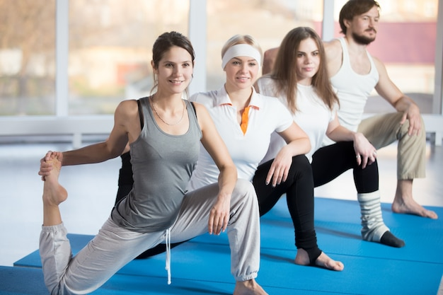 Kniend hip flexor stretch mit angehobenem fuß
