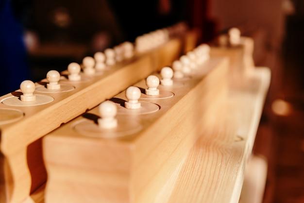 Knobbed zylinder, ein montessori-lernspielzeug.
