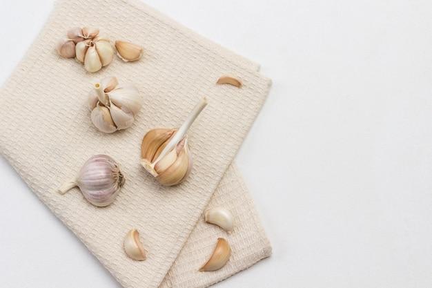 Knoblauch auf beiger serviette. speicherplatz kopieren. draufsicht