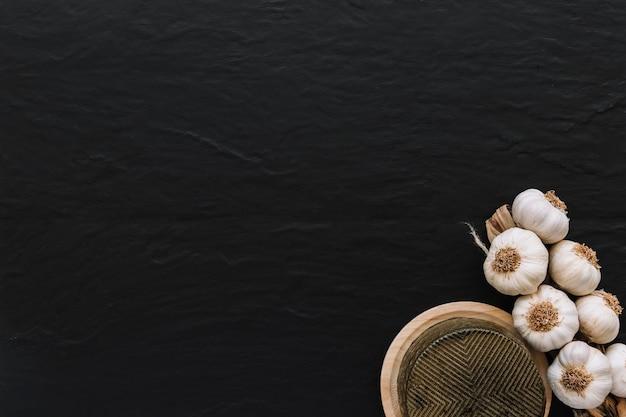 Knoblauch in der nähe von leckerem käse