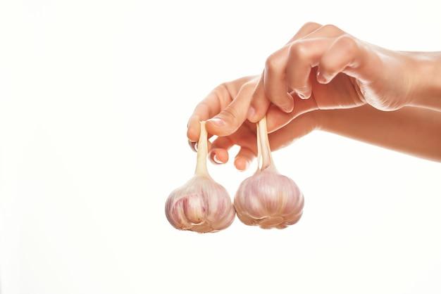 Knoblauch in händen organica vitamine kochen