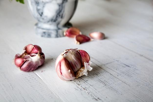 Knoblauch mit marmormörtel mit petersilie