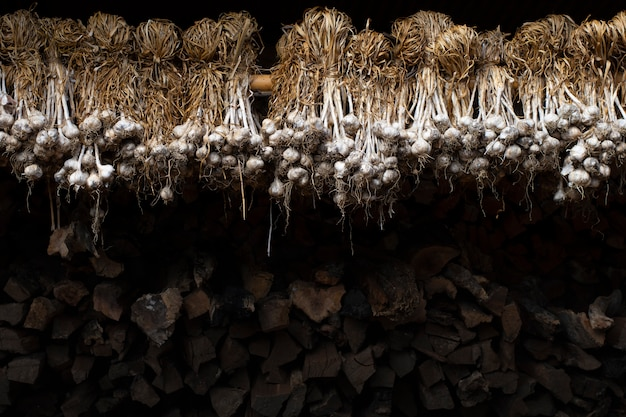 Knoblauch trocken im lagerhaus brennholz