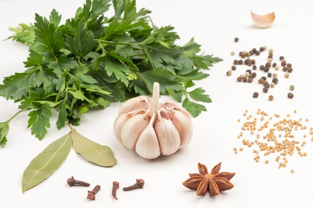 Knoblauch und gewürze auf weißer oberfläche. gesunde ernährung bei erkältungen. alternative therapie