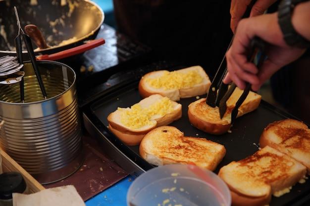 Knoblauchbrot mit käse auf dem thailändischen markt