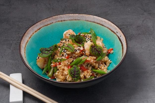 Knoblauchreis mit huhn und bohnen. asiatische küche