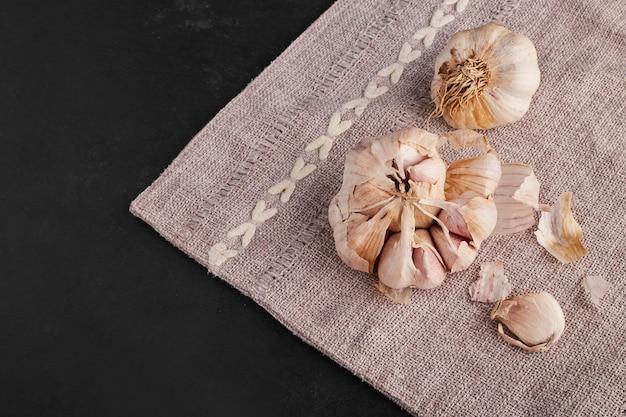 Knoblauchzehen auf einem küchentisch, draufsicht.