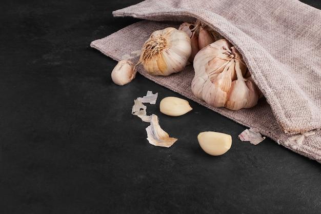 Knoblauchzehen auf einem küchentisch.