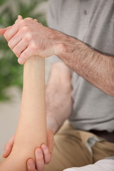 Knöchel und ellbogen eines patienten, der in einem medizinischen raum manipuliert wird