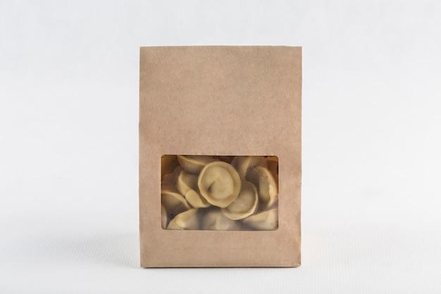 Knödel in umweltfreundlicher papierverpackung zur lieferung auf weiß