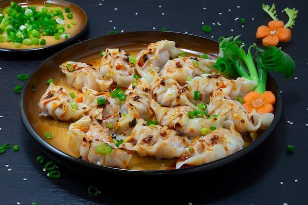 Knödel mit asiatischem schweinefleisch und gemüse rezept