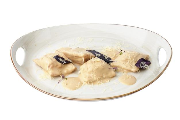Knödel oder vareniki mit pilzsauce isoliert auf weiß