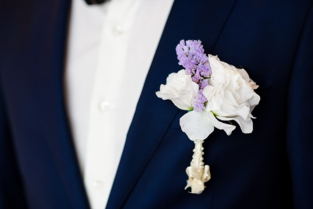 Knopfloch einer leuchtend blauen jacke.