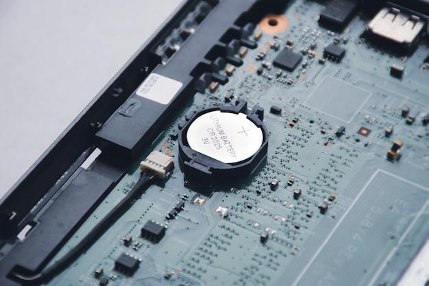 Knopfzellen-lithiumbatterie cr2025 3v auf der hauptplatine des laptops