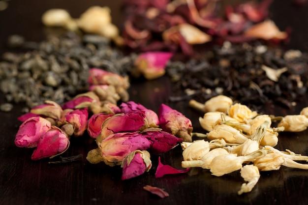 Knospen von getrockneten rosen und jasmin