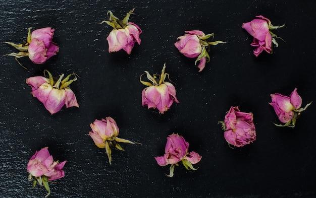 Knospen von rosa verblassten trockenen rosen