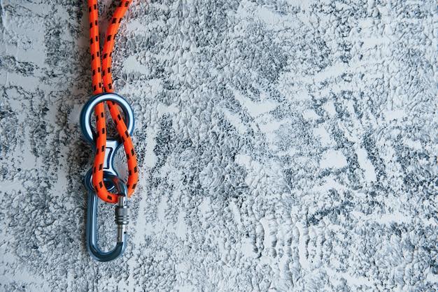 Knoten mit metallkarabiner. silberfarbenes gerät für den aktiven sport