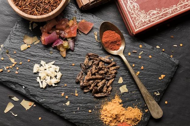 Knusperige maden mit draufsicht der gewürze