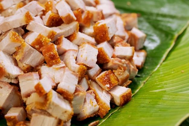 Knusperiger schweinebauch oder frittiertes schweinefleisch, thailändischer straßenlebensmittelmarkt