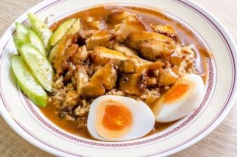 Knusperiges Schweinefleisch des Reises, thailändisches Lebensmittel der Nahaufnahme.