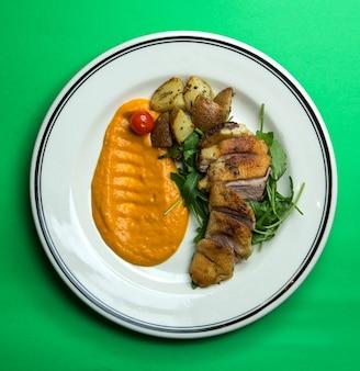 Knusprig gebackenes fleisch und kartoffeln