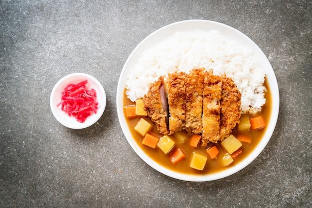 Knusprig gebratenes schweinekotelett mit curry und reis