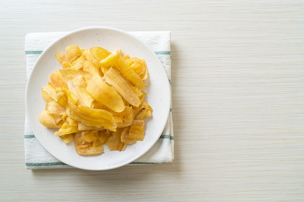 Knusprige bananenchips - gebratene oder gebackene bananenscheiben