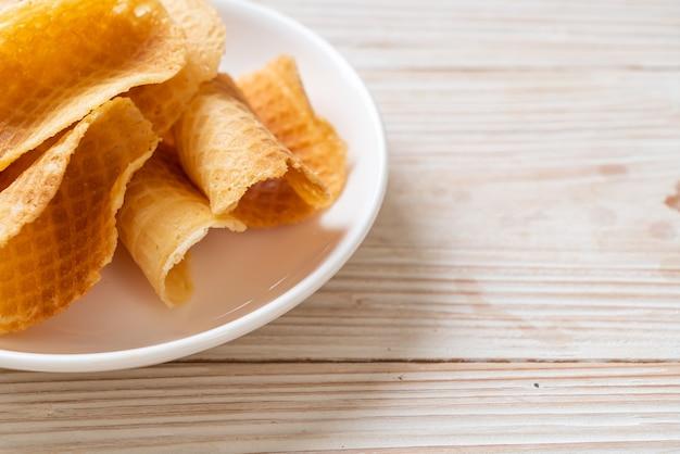 Knusprige butter-milch-waffel auf teller