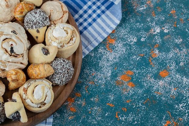 Knusprige butterkekse mit zuckerpulver in holzplatte Kostenlose Fotos