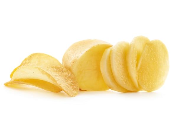 Knusprige chips und rohe kartoffel auf weißem hintergrund