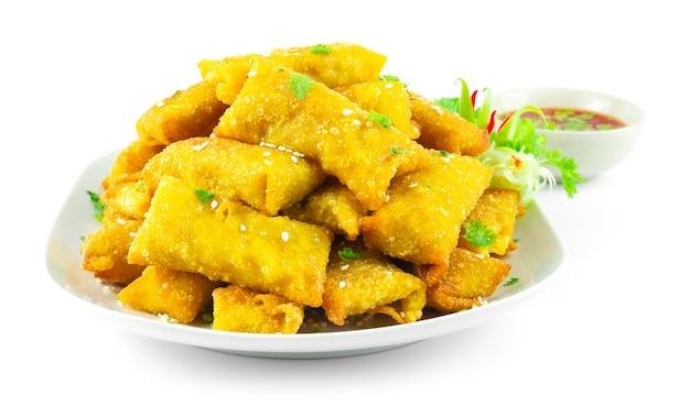Knusprige dumpling wonton gefüllte kartoffeln dip in sweet chili sauce chinese food fusion style dekorieren gemüse seitenansicht
