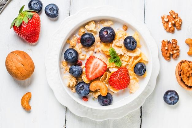 Knusprige flocken mit heidelbeeren und verschiedenen joghurts für ein gesundes frühstück