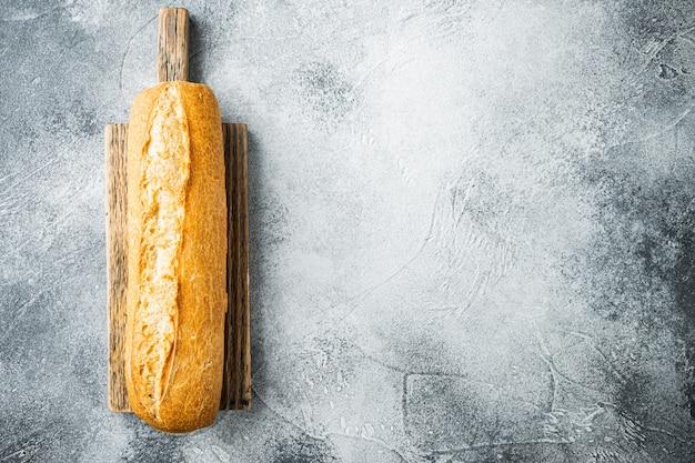 Knusprige französische baguettes auf grau