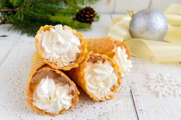 Knusprige honigwaffeln mit vanillecreme