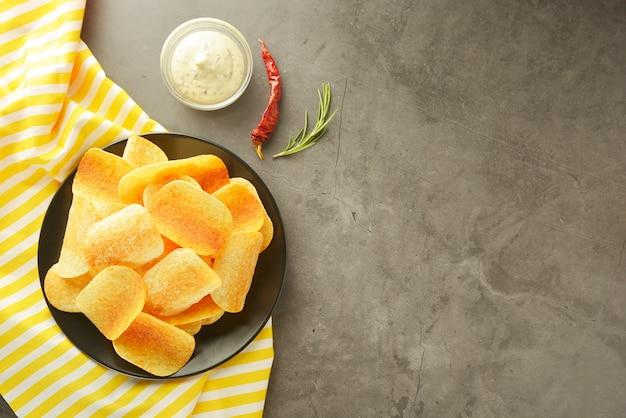 Knusprige kartoffelchips mit köstlicher soße.