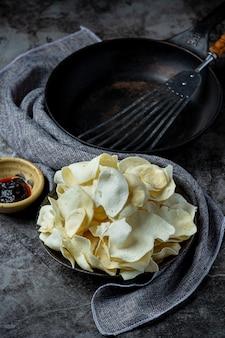 Knusprige kartoffelchips mit tomatensauce snack-konzept.