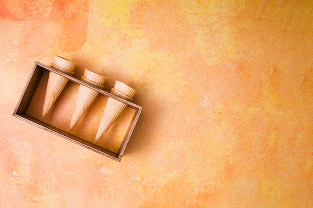 Knusprige kegel im speziellen stand für eiscreme auf buntem hintergrund