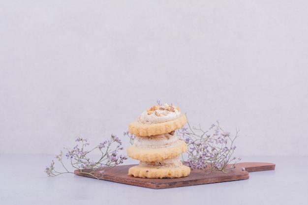 Knusprige kekse in einer brühe auf einer holzplatte