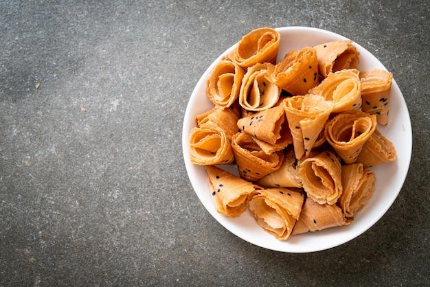 Knusprige kokosnussrolle - asiatischer snack