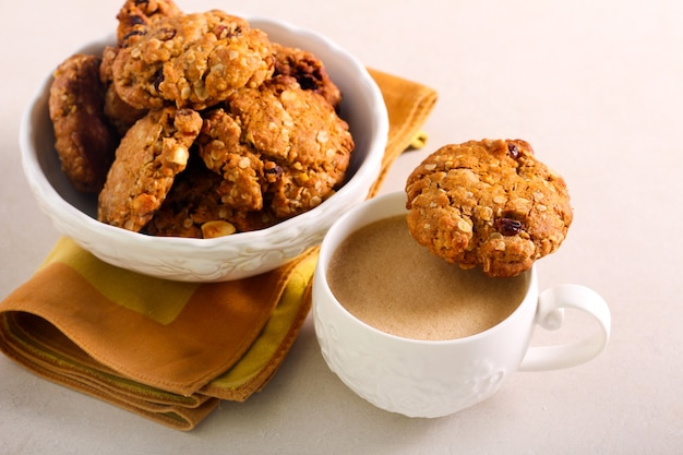 Knusprige müsli-kekse mit einer tasse kaffee