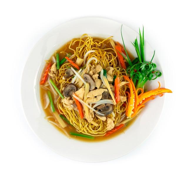 Knusprige nudeln in dicker soße mit hühnchen xiang jian ji si mian zutaten bambussprossen pilze karottenbohnensprossen schnittlauch chinesische und thailändische fusionsküche
