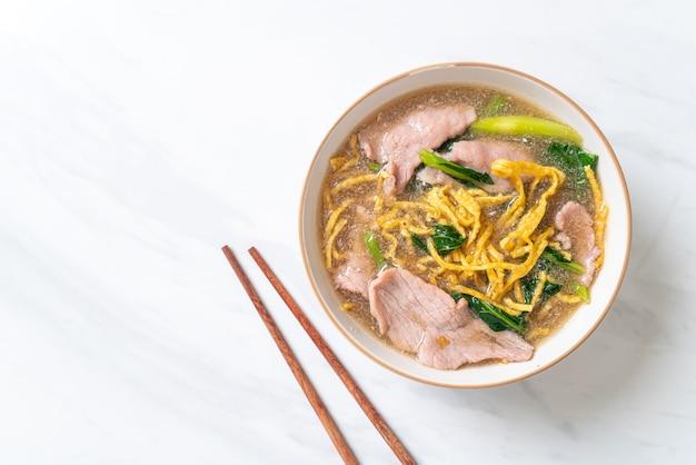 Knusprige nudeln mit schweinefleisch in soße - asiatische küche