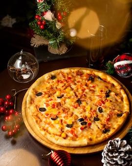 Knusprige pizza mit oliven und mais gemischt